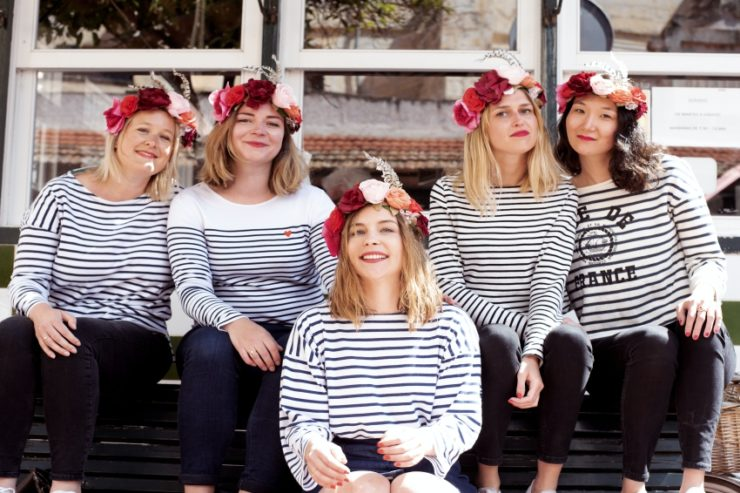 cinq femmes avec des couronnes de fleurs et des pulls marinieres