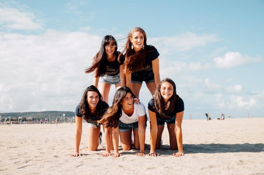 groupe de femmes qui samuse en faisant une pyramide humaine sur la plage
