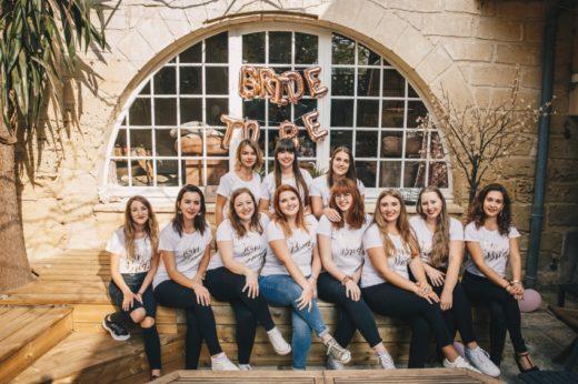 groupe de filles assises dans un jardin pour un evjf