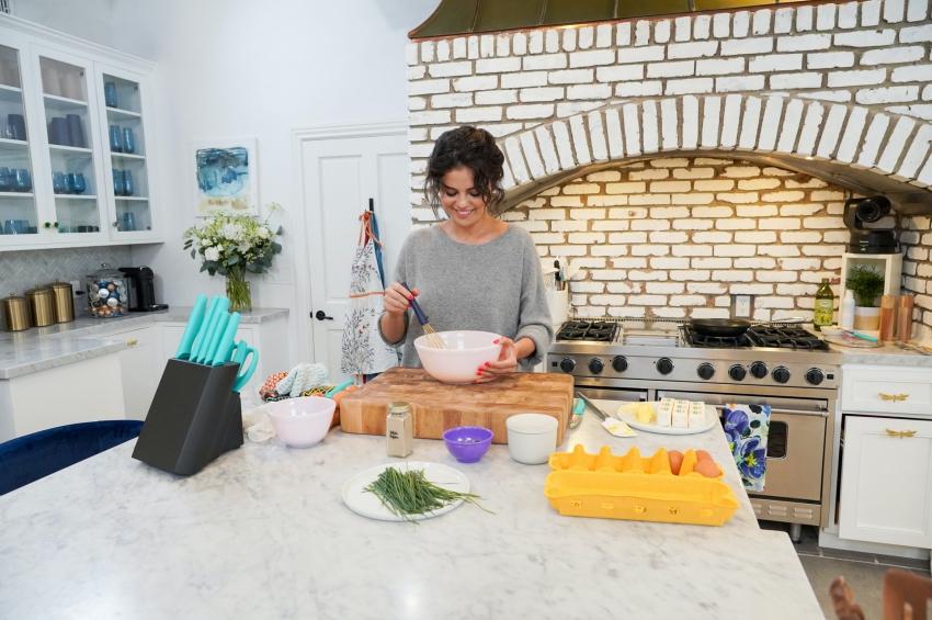 selena gomez qui cuisine dans une grande cuisine americaine