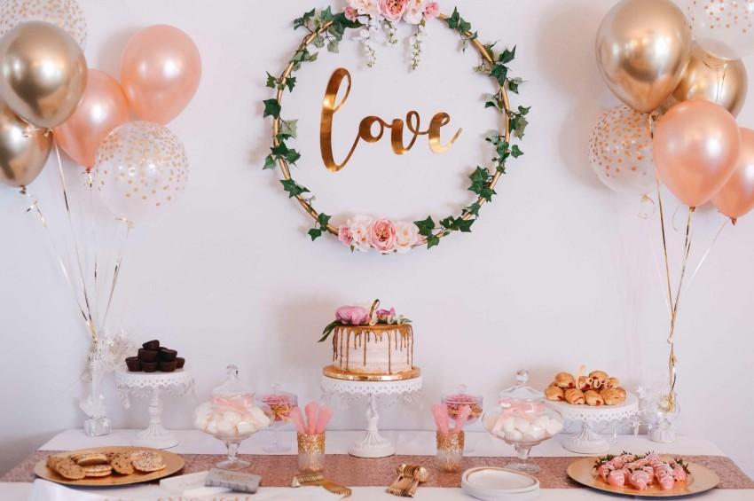 setup evjf avec gateaux ballons et couronne de fleurs