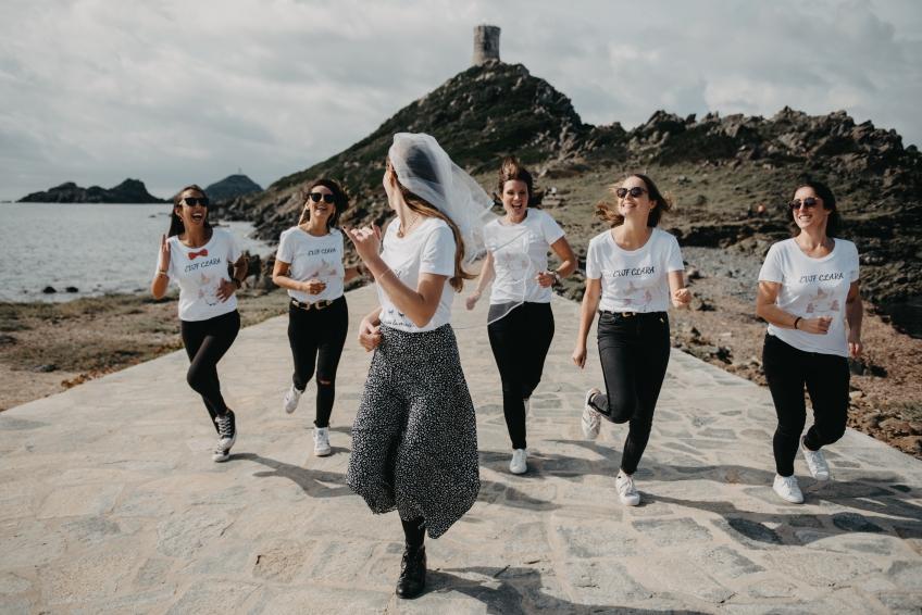 six femmes qui courent en bord de mer