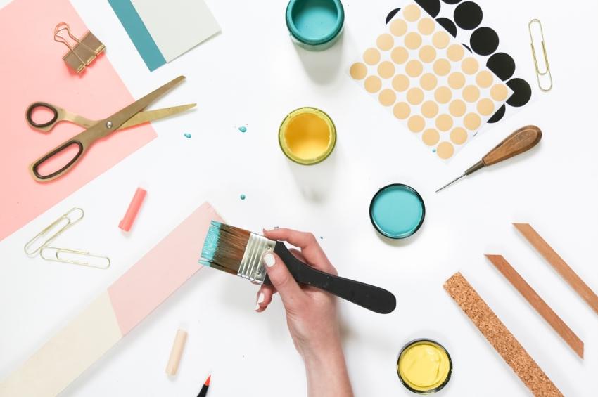 table avec ciseaux peintures pinceaux pour un diy