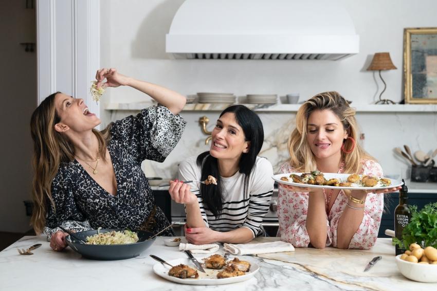 trois femmes dans une cusine qui mangent