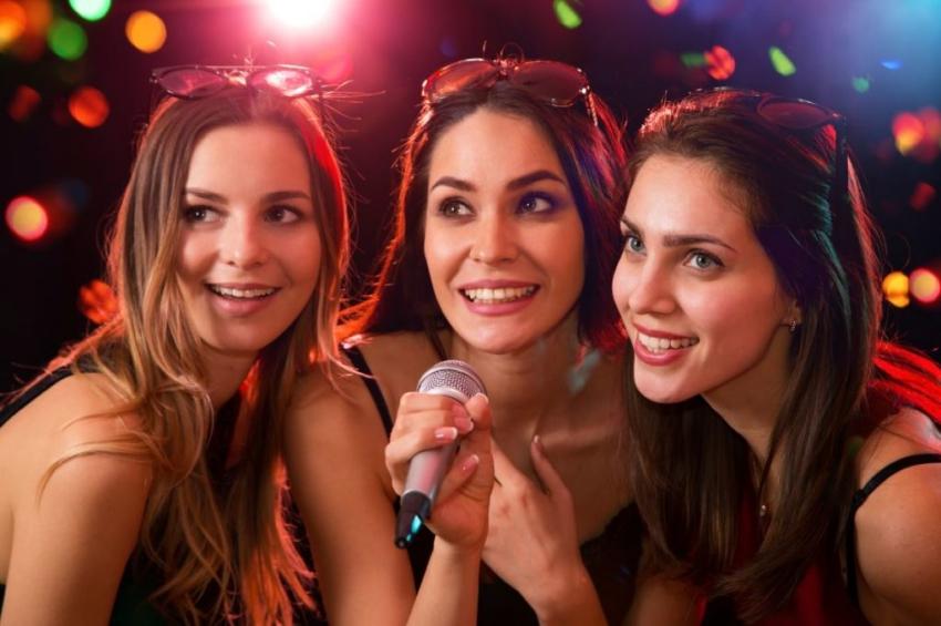 trois filles qui font un karaoke