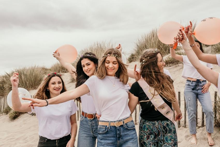 un groupe de fille qui danse sur la plage de montpellier pour un evjf
